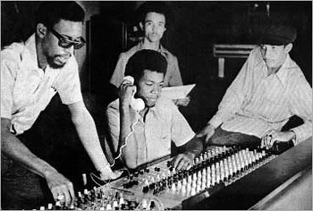 Dennis & Erol Thompson (Telefon), Clive Chin und Augustus Pablo im Studio 17